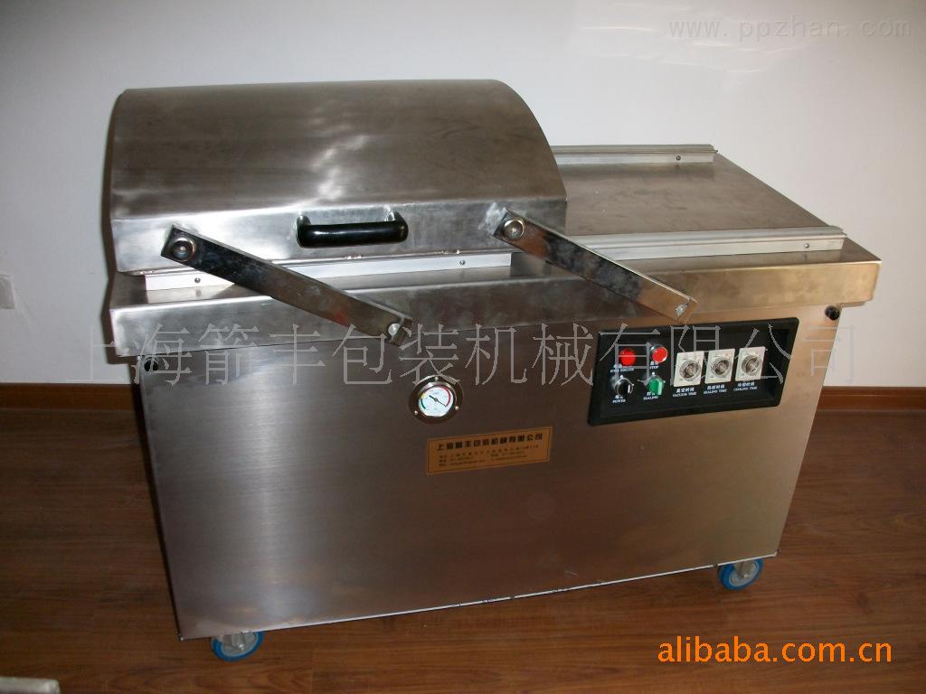 本系列真空包装机只须按下真空盖即自动按程序完成抽真空、封口。印字、冷却、排气的过程。经过包装后的产品防止氧化、霉变、虫蛀、受潮、可保质、保鲜而延长产品的储存限期。 机器操作方法: A:把侧面的盖板打开,将随机配送的真空泵油加入真空内,加到观察玻璃孔2/3处 B:接通电源,蓝色电源线为地线,打开电源开关,根据真空包装的要求设定真空时间 C:根据真空袋的材质来设定封口温度和封口时间 D:放置产品到封口条上 E:压下真空盖开始抽真空 F:当达到一定真空度后,进入封口程序 G:封口结束后进入冷却状态,然后放气,